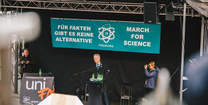 Rektor Prof. Schiewer am Freiburger March for Science (Foto: Sandra Meyndt)