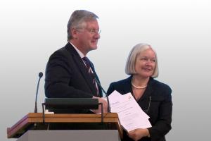 Rektor Professor Schiewer verlieh Margret Böhme für ihr herausragendes Engagement die erste Ehrennadel von Alumni Freiburg e.V.