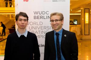 Jannis Benedikt Limperg und Johannes Samlenski (v.l.n.r.) wurden Vizeweltmeister beim World Universities Debating Championship (WUBC) in Berlin. (Foto: WUBC)