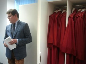 Blick in den Schrank mit den roten Roben.