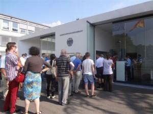 Die Freiburger Alumni mussten sich beim Einlass in das BVG ein wenig gedulden.