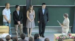 Dr. Honerkamp, Präsidiumsmitglied des Freiburger Alumni-Clubs, überreichte die Auszeichnungen.
