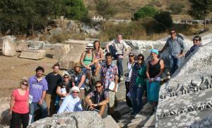 Die Exkursionsteilnehmer inmitten der Bauglieder des Serapis-Tempels in Ephesos.