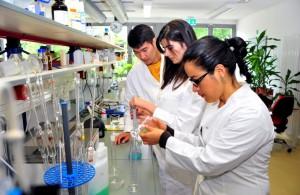 Einblicke in das Studium den Naturwissenschaften bietet Schülerinnen das Schnupperstudium