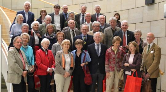 Besuch bei der Regierung: Ministerin Angelica Schwall-Düren (7.v.l.) und Landtagsabgeordnete Elisabeth Müller-Witt (4.v.l) haben den Rheinland-Club um Präsidenten Edzard Traumann (6.v.l.) eingeladen.