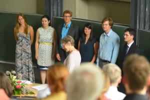Ausgezeichnet: Lena Maria Strehlau, Nina Leonhard, Andreas Inhofer, Nadja Fischer, Helge Haß und Martin Bolkart (von links nach rechts). Im Mittelgrund Dr. Roswitha Honerkamp.