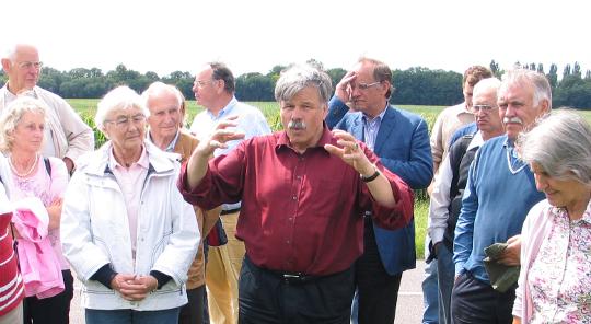 Mit großer Leidenschaft für die Archäologie: Nuber in mitten von Alumni bei einer Exkursion nach Biesheim im Rahmen des Alumni-Meetings 2007.
