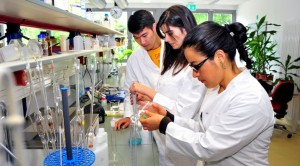 """Interessierte Schülerinnen und Schüler beim """"schnuppern"""" in einem Labor der Universität Freiburg. [Foto: Service Center Studium]"""