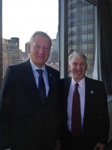 Wiedersehen in New York. Jeffrey Himmel (r.) begrüßte Rektor Schiewer beim Alumni Treffen.