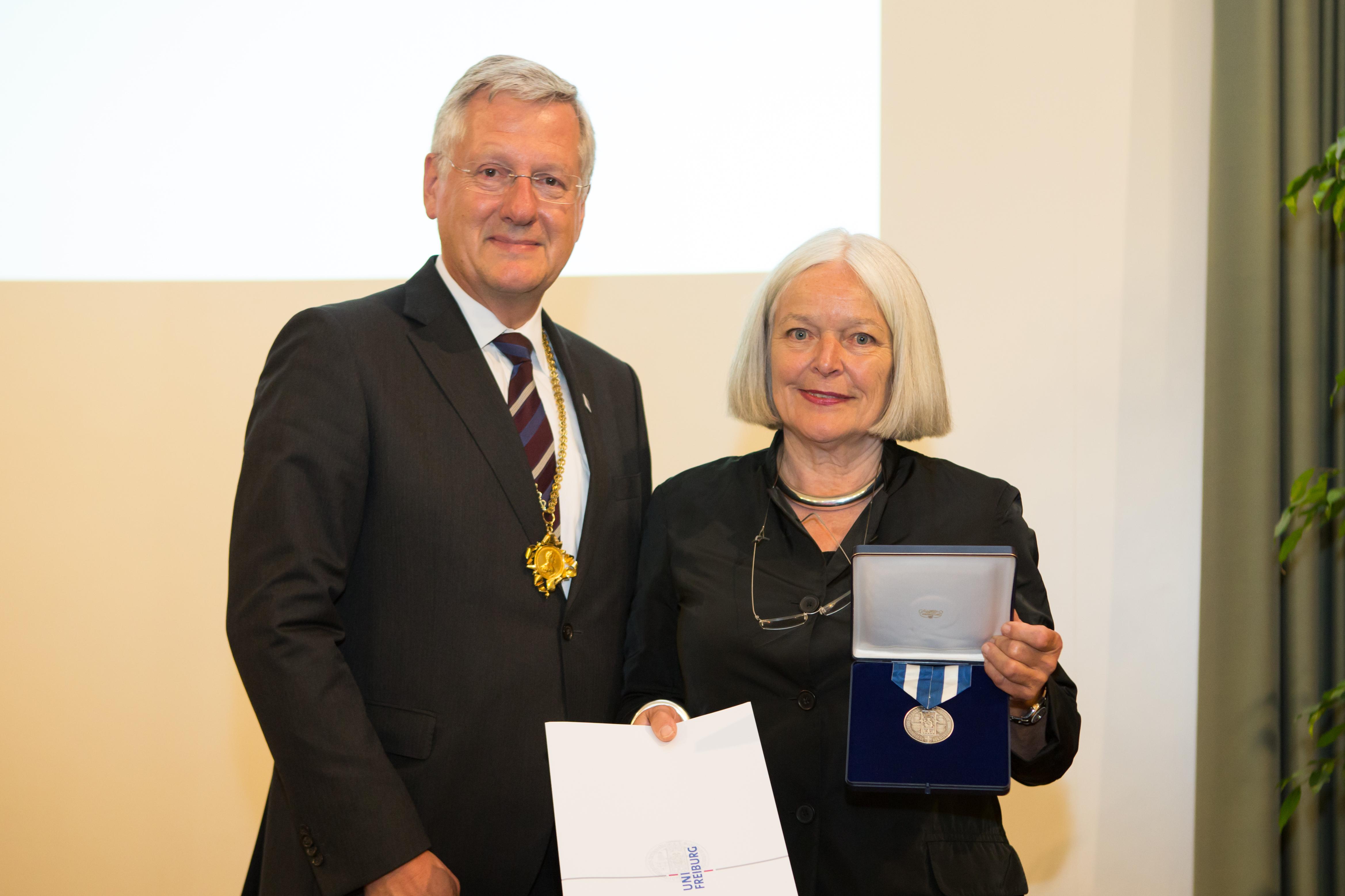 Rektor Schiewer verleiht die Ehrensenatorwürde an Margret Böhme