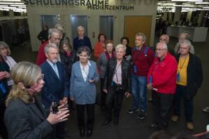 Schon im Eingangsbereich erfuhren die Alumni die wichtigsten Grundlagen über die neue Universitätsbibliothek. [Foto: Alumni Freiburg]