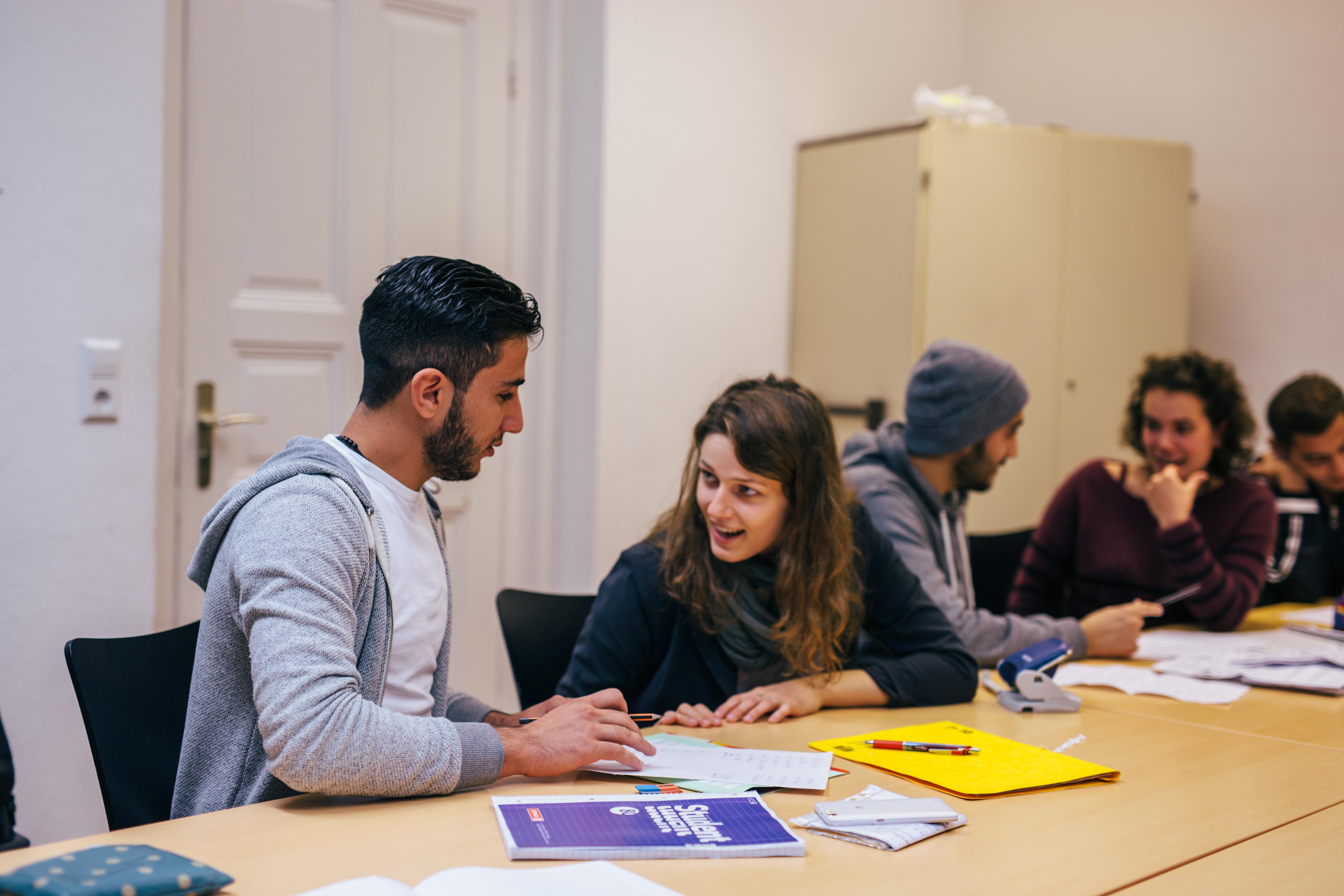 Studierende unterstützen Flüchtlinge im Universitäts-Alltag (Foto: Sandra Meyndt)