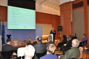 Rektor Professor Hans-Jochen Schiewer stellt das Programm der Eröffnung vor. (Foto: Alumni Freiburg)