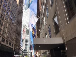 Die Flagge der Albert-Ludwigs-Universität Freiburg vor dem Princeton Club New York. (Foto: Alumni Freiburg)
