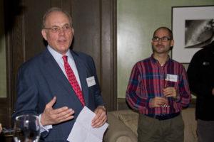 Alumni Botschafter Daniel Celentano heißt alle Gäste des Alumni Stammtisches in London herzlich willkommen. [Foto: privat]