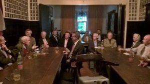 Mitglieder des Alumni Freiburg e.V. und der FWW e.V. im angeregten Gespräch. [Foto: privat]