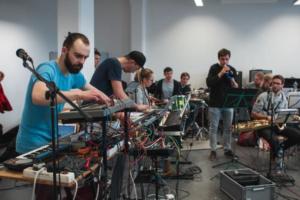 Musiker der Uni Big Band Freiburg bei der Probe.