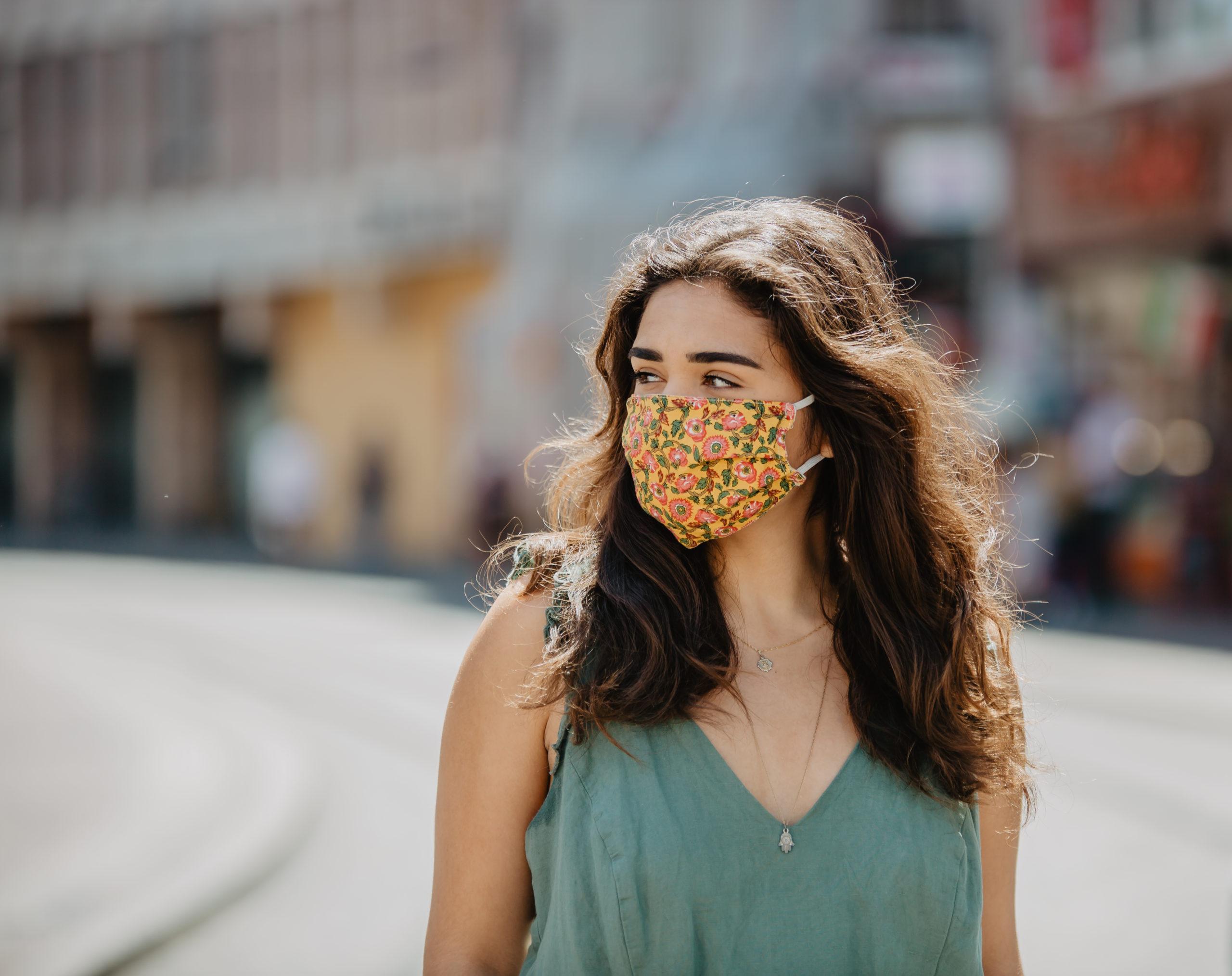 Junge Frau mit Mund-Nasenschutz auf der KaJo