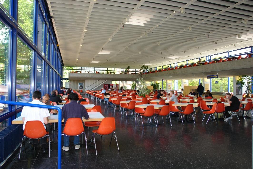 Mittlerweile Kult-Objekte: Mensastühle der Marke Eames Molded Plastic Chair DSS des Herstellers Vitra aus Weil am Rhein in der Freiburger Mensa I. Foto: Rosa Gschwendtner 2011
